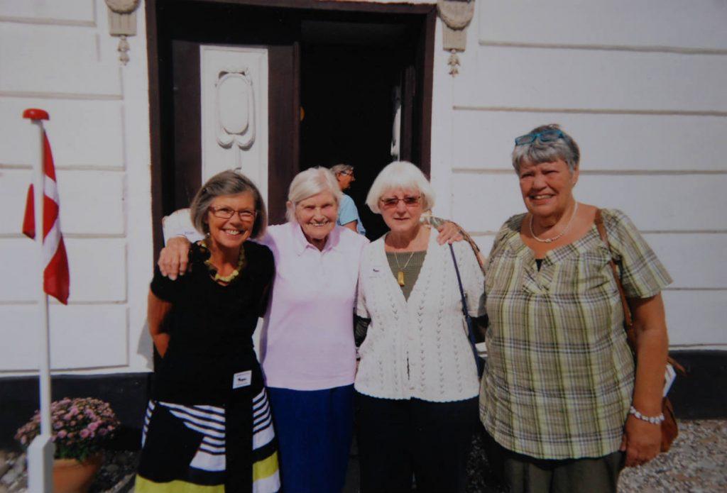 Så sent som 2012 besøgte Anita Scheel-Plessen (nummer to fra venstre) sit gamle slot. På billedet er hun flankeret af Kirsten Byrge Sørensen (tv) og Jytte Nielsen fra Fussingøgruppen. Længst til højre står veninden, der ledsagde den 93-årige lensgrevinde. Foto: Fussingøgruppen