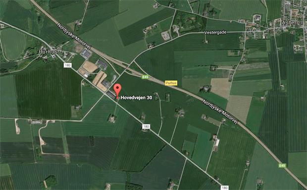Branden opstod søndag morgen på Hovedvejen 30, syd for Purhus.